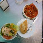 Kawał tuńczyka w ostrym sosie mojo plus avocado z krewetkami