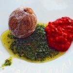 Jeden zmarszczony ziemniak z sosami movo rojo i mojo verde